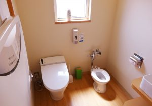 おむつ交換台と小児用便座を備えたトイレ